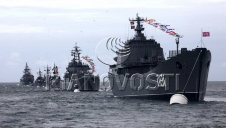 Почетный караул на водноспортивной станции Тихоокеанского флота во время празднования Дня Военно-морского флота во Владивостоке.