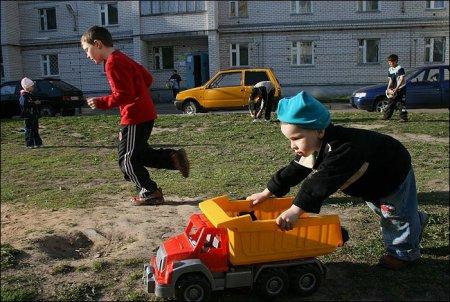 В Северске во дворе дома иномарка сбила ребенка