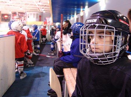 """""""Смена"""" проводит набор детей, желающих заниматься хоккеем и футболом"""