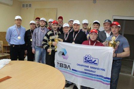 Команда руководителей СХК вручила коллегам ПО «ЭХЗ» «Кубок дружбы»