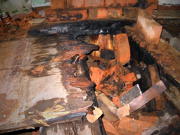 Из-за неправильной эксплуатации печки загорелся дом