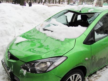 Падающий с крыш лед повреждает автомобили