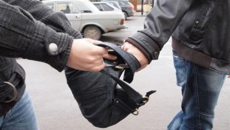 Бандит отобрал у мужчины сумку прямо в магазине