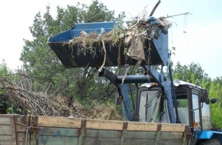 Рабочий выпал из тракторного прицепа во время уборки двора