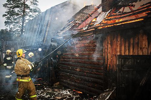 В поселке Чекист уничтожен огнем бревенчатый дом