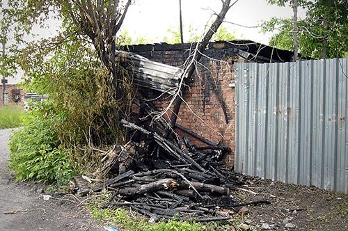 Возле гаража загорелся мусор. Автомобиль спасти удалось