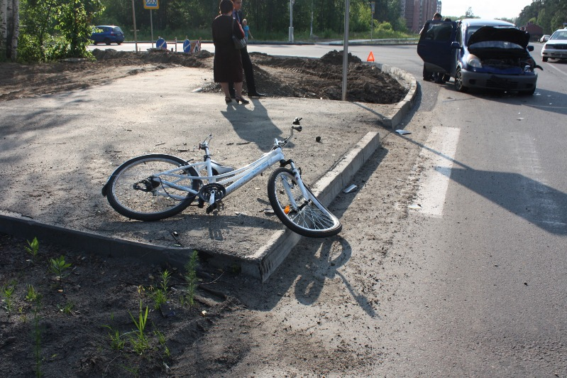 Два автомобиля и одна велосипедистка