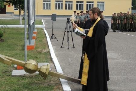 Освятили и установили крест на часовню в воинской части