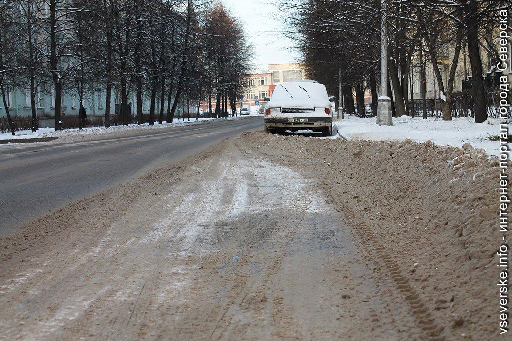 Сегодня на улицы вышло 25 единиц снегоуборочной техники