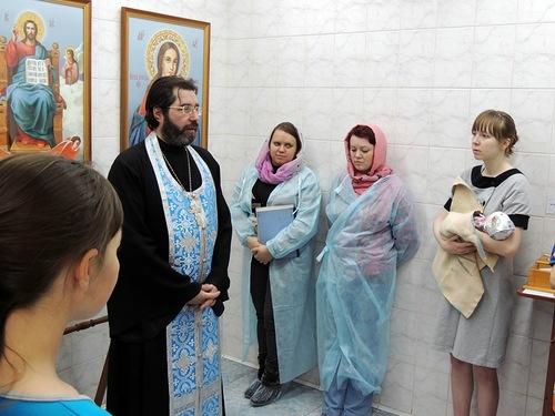 В  перинатальном центре священник поздравил мам
