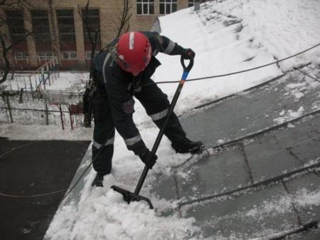 Очистка от наледи с крыши дома проводилась с нарушениями техники безопасности