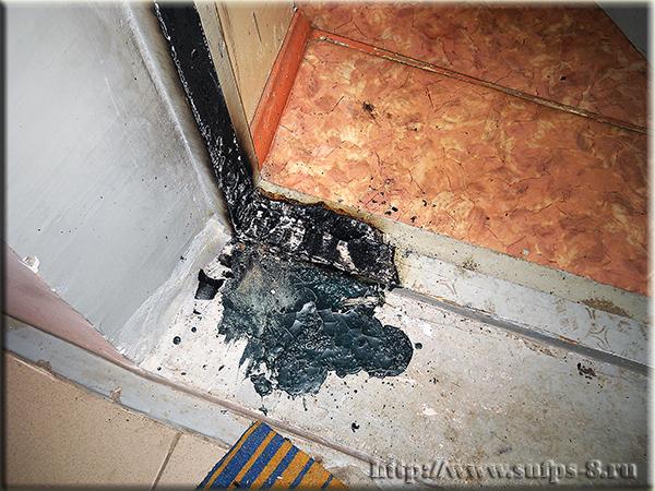 Неизвестный злоумышленник поджог входную дверь