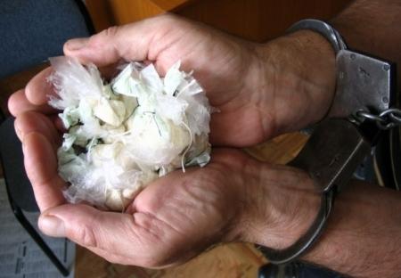 Полицейские задержали в подъезде 22-летнего северчанина с наркотиками