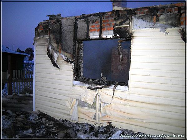 На Поперечеке продавец магазина сообщила о возгорании садового дома