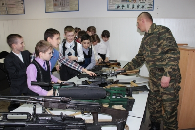 Школьники побывали на базе ОМОН