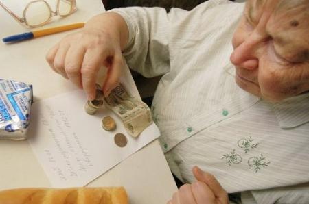 У пенсионерки украли деньги прямо «из-под носа»