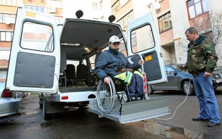 Сегодня инвалиды могут подать заявку на бесплатный проезд на такси в День народного единства