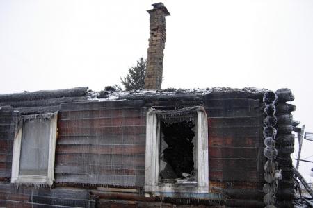 На пожаре в поселке Самусь пострадал человек