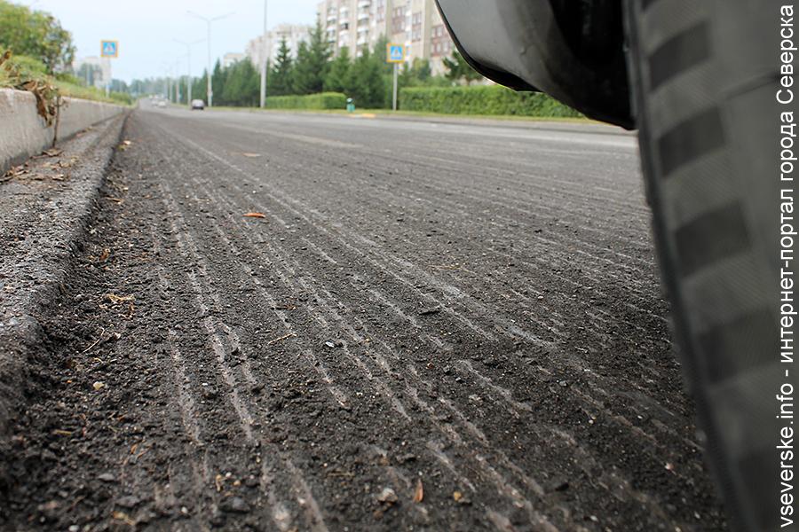 На улице Свердлова начали снимать старое дорожное полотно