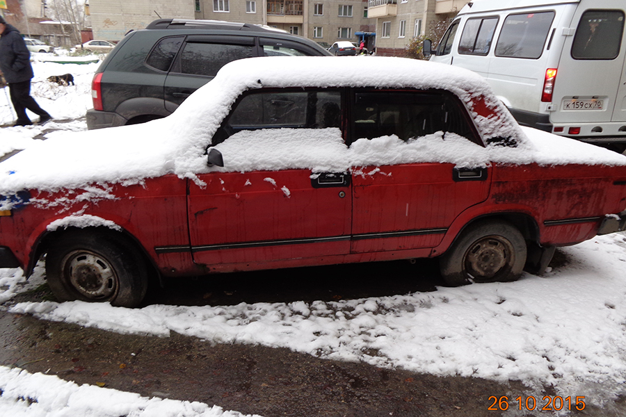 Администрация просит убрать со двора бесхозный автомобиль
