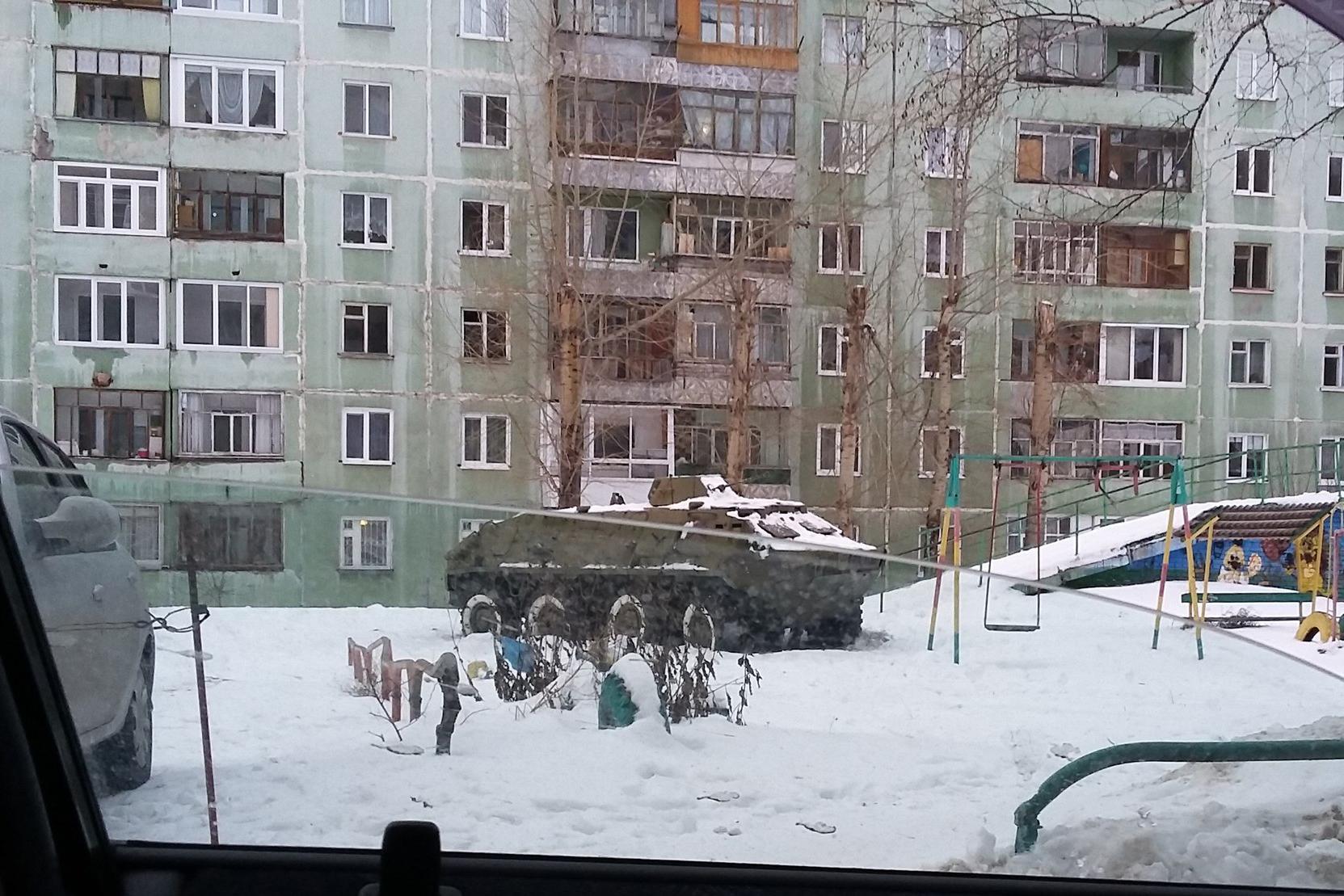БТР на детской площадке