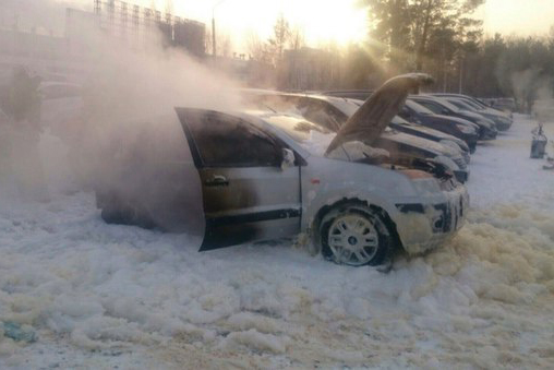 На автостоянке «Томскнефтехима» от огня пострадали шесть автомобилей