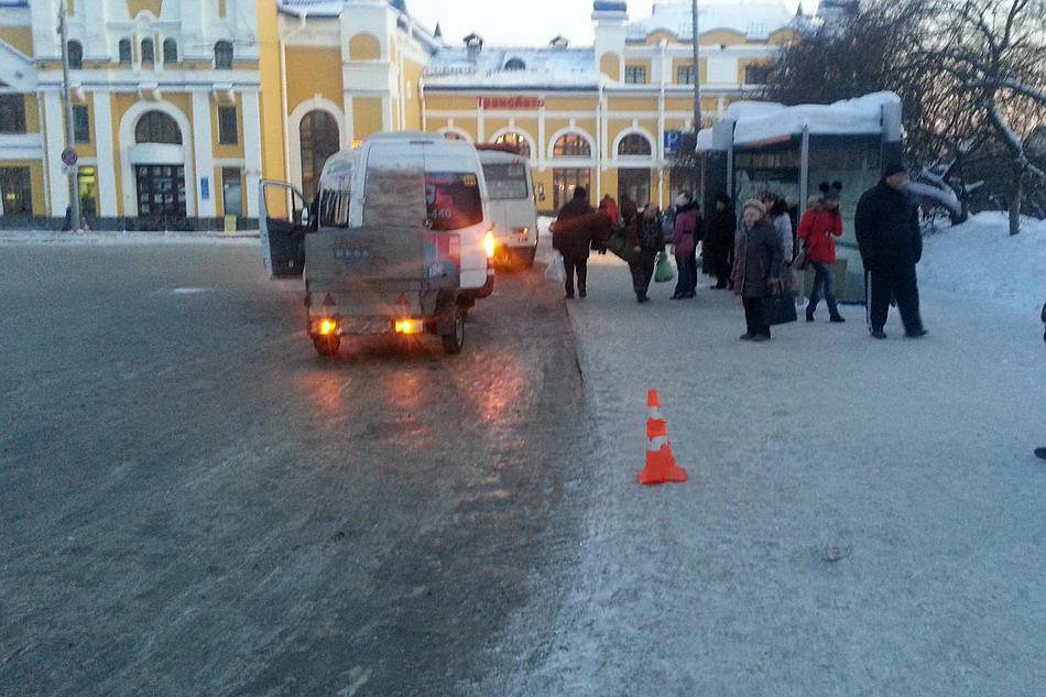 Водитель автобуса №401 наехал на 77-летнюю женщину на остановке в Томске