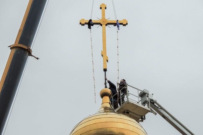 На храм установили новый крест