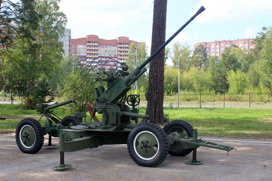 На территории кадетского корпуса появились два орудия времен Великой отечественной войны