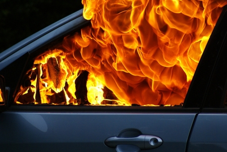 В гаражном кооперативе подожгли автомобиль