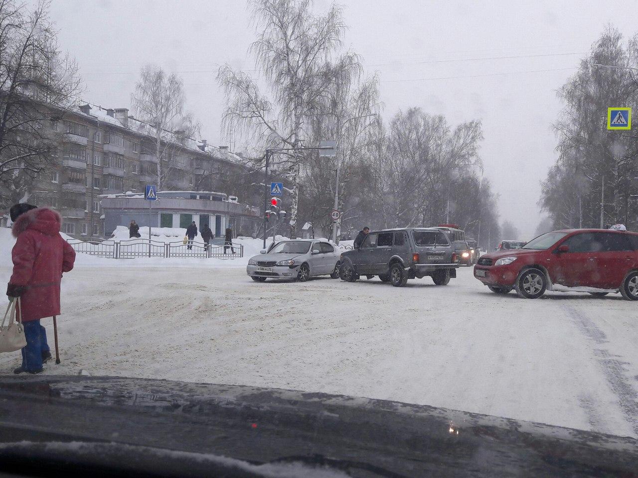 Две автомобиля встретились в обед