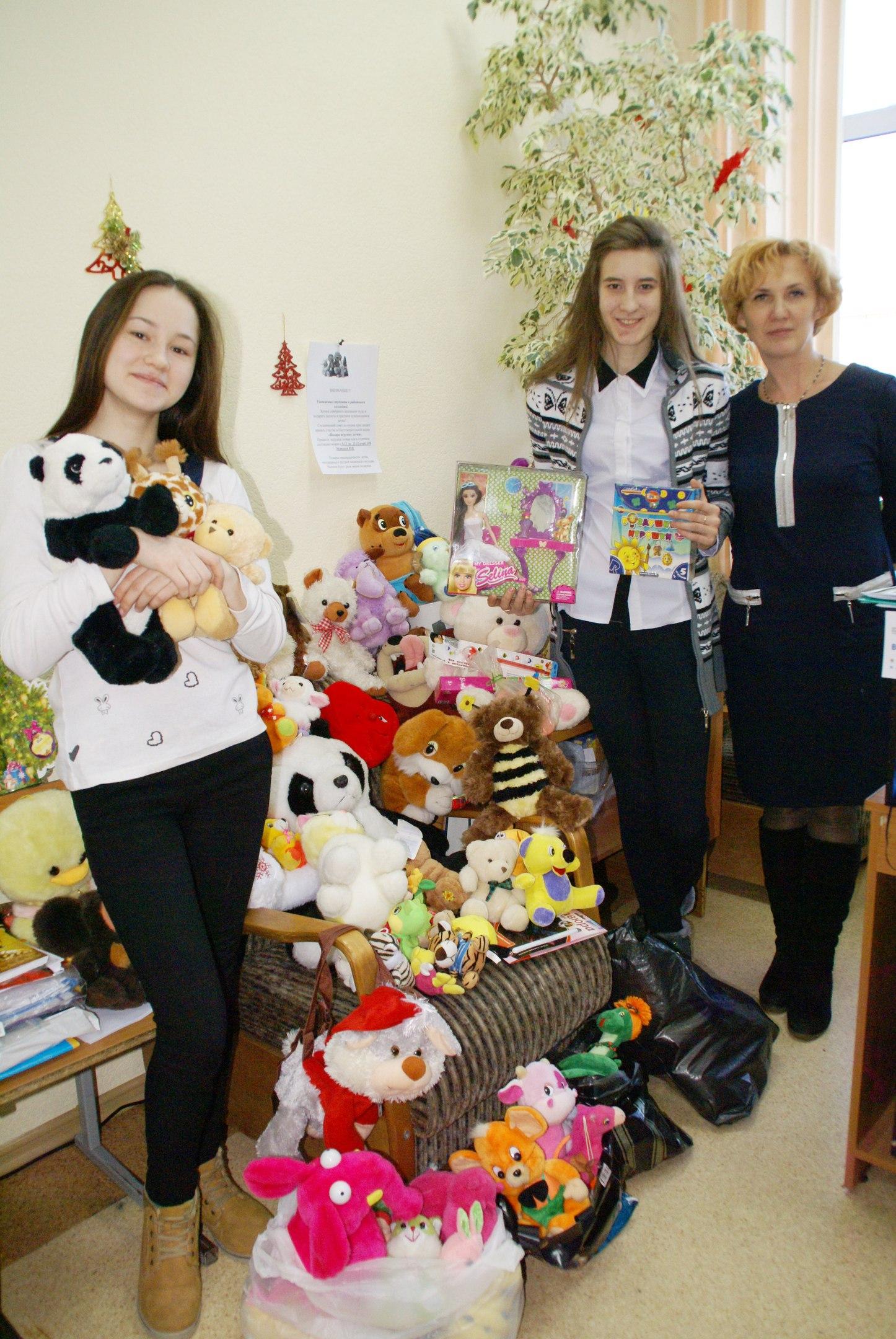 Студенты-волонтеры подарили игрушки детям