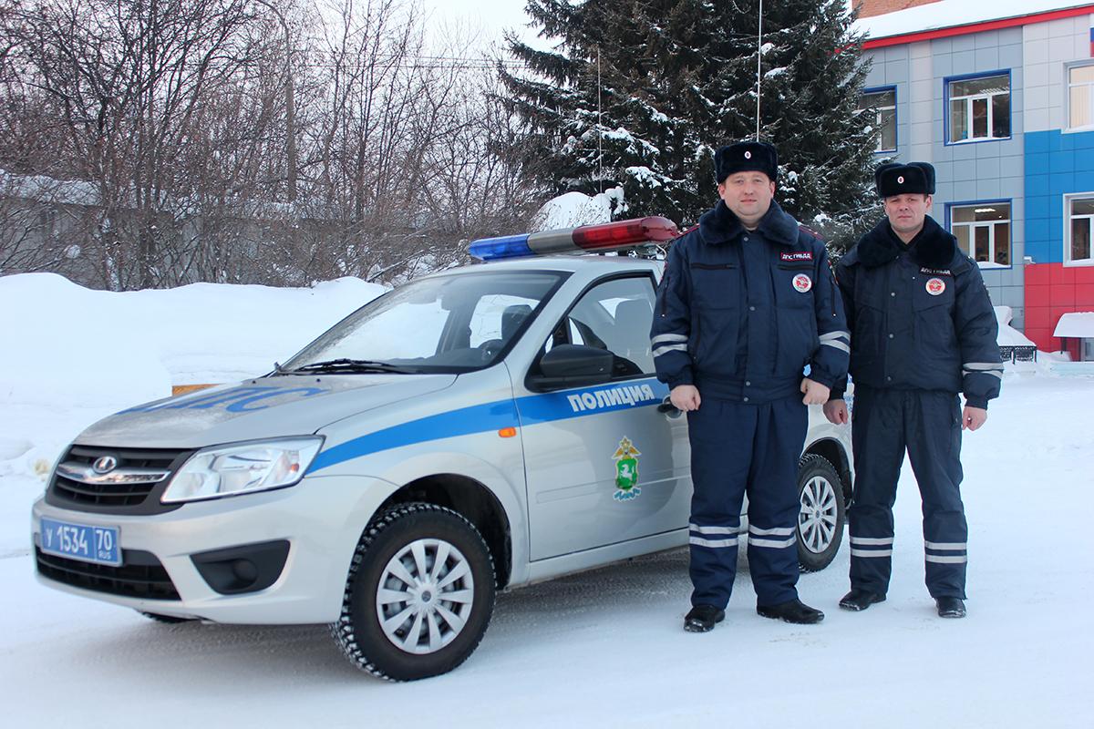 Сотрудники ДПС помогли двум замерзающим на трассе мужчинам