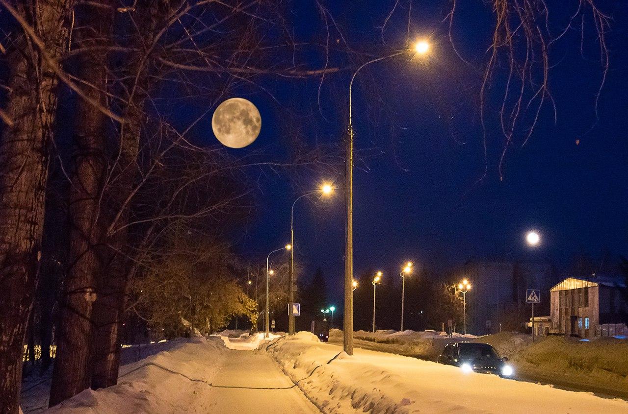 Луна над улицей Лесной