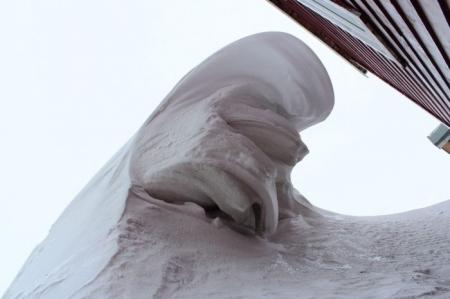 Козырек подъезда упал на мужчину под тяжестью снега