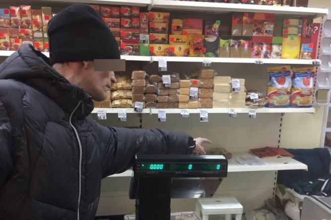 Местный житель украл у продавца магазина сотовый телефон