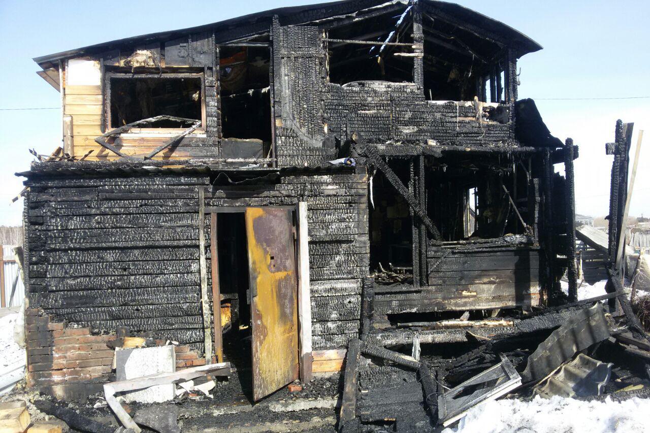 Пожарные спасли мужчину из горящего здания