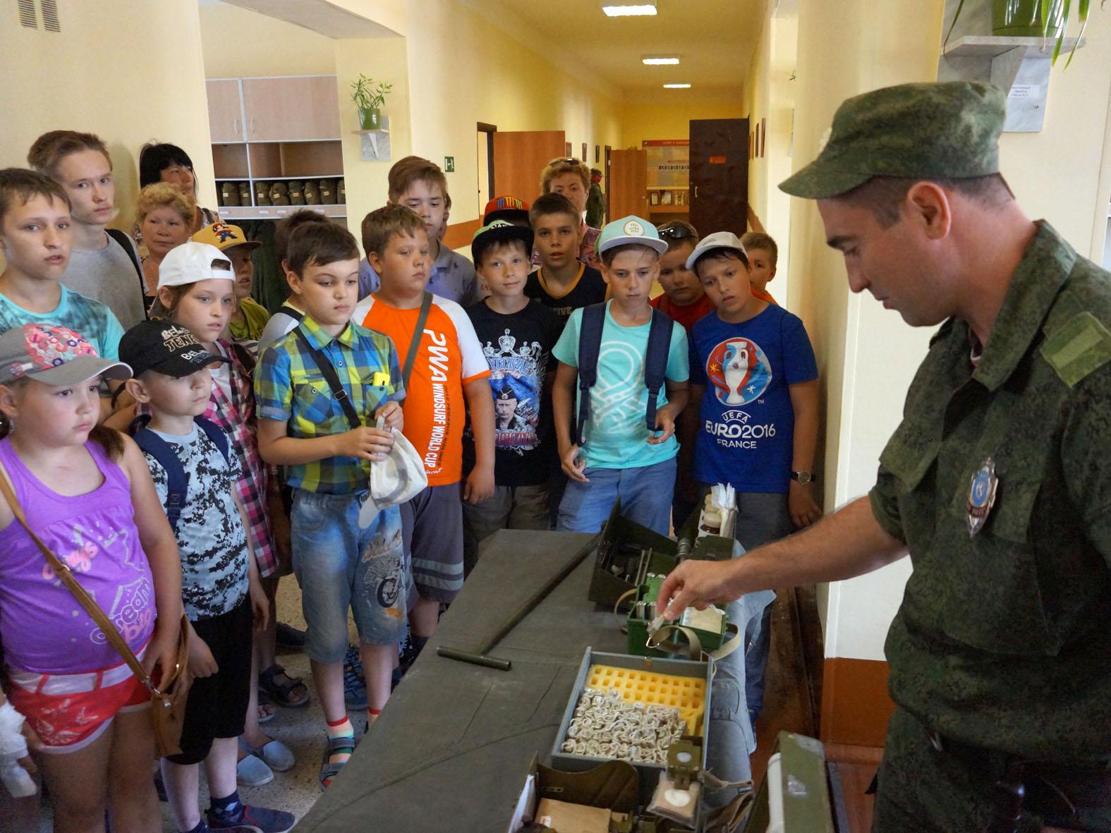 Школьникам показали будни воинской части