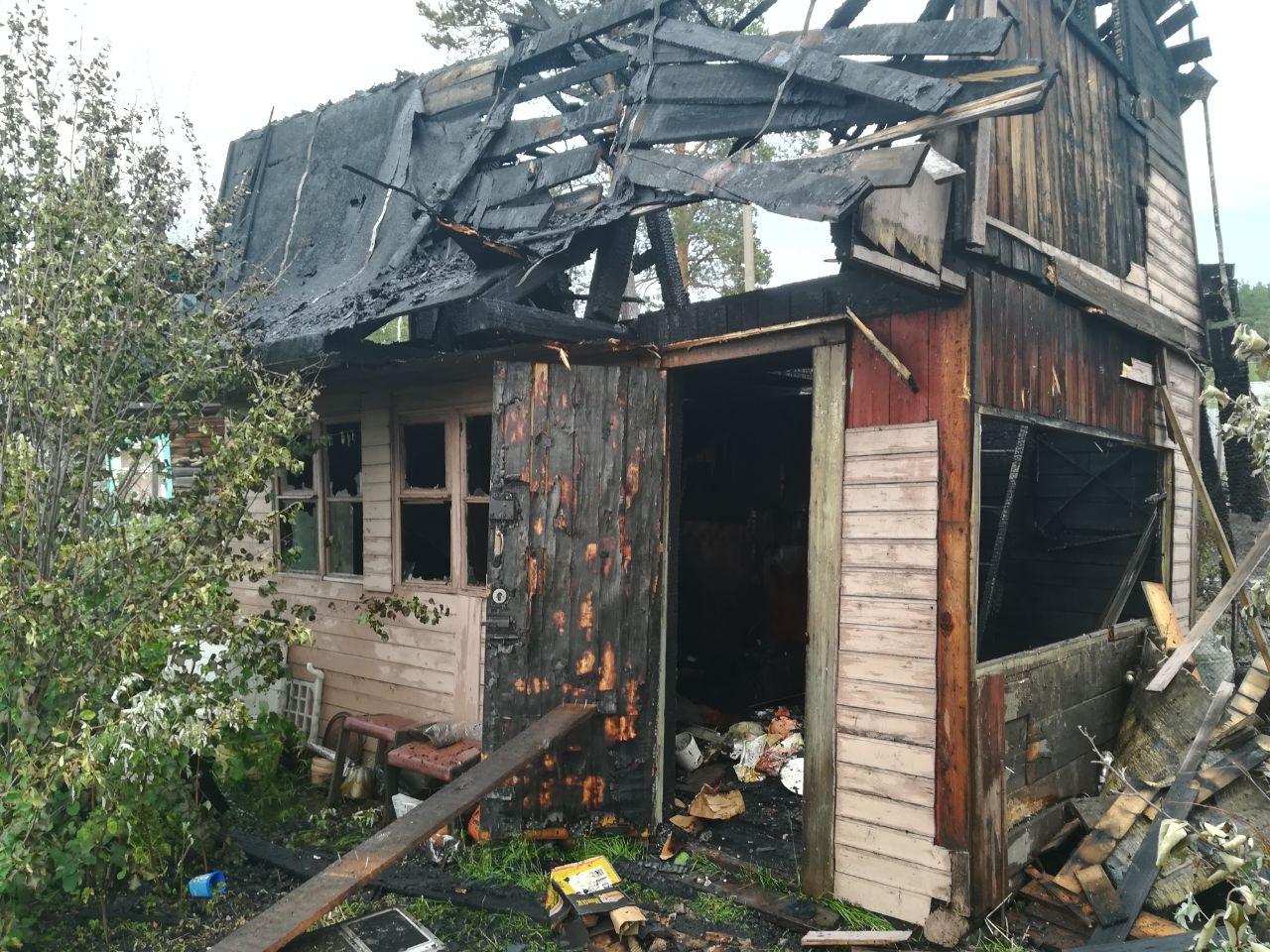 На прошлой неделе сгорел садовый домик