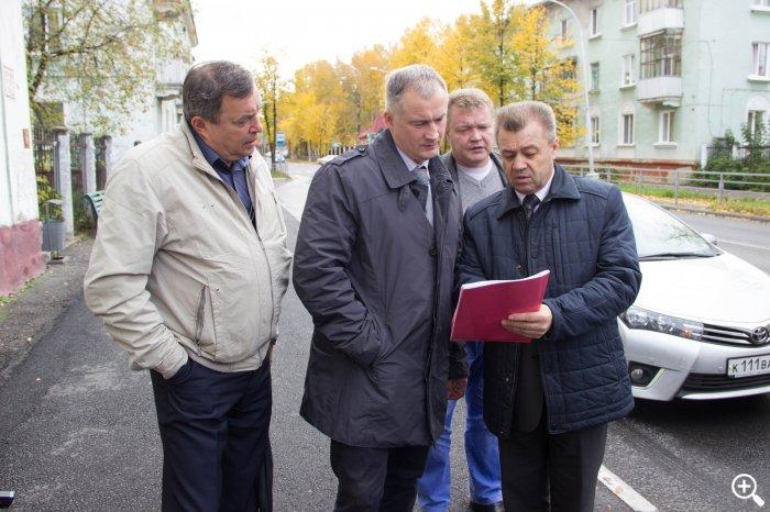 Депутаты проверили дороги и обсудили планы по развитию микрорайонов