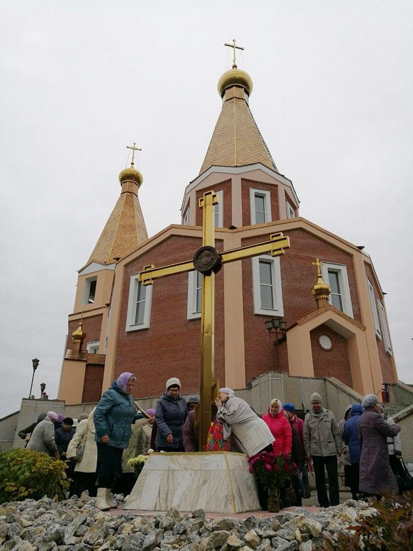 На территории храма освятили памятный крест почившим работникам СХК