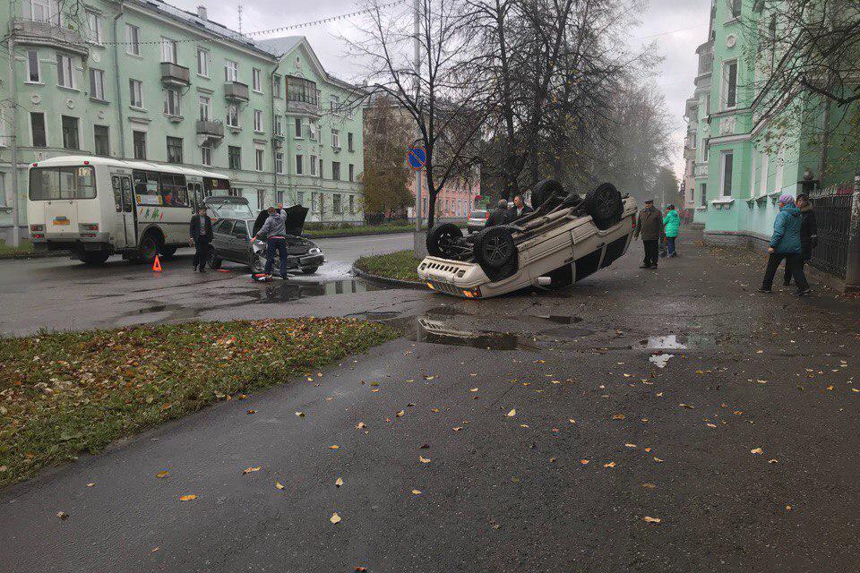 В результате ДТП перевернулся автомобиль