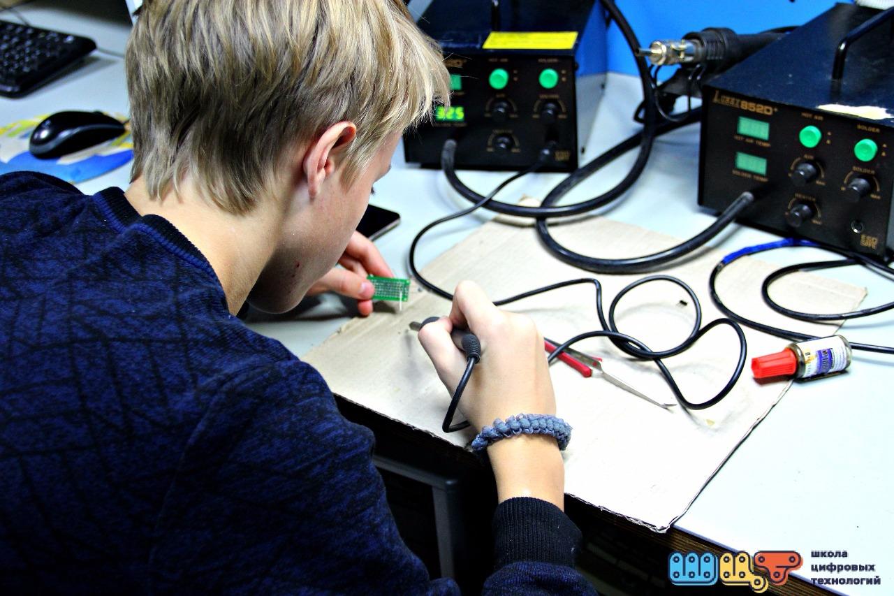 Десятки школьников Северска в рамках осенних каникул смогут научиться паять и программировать