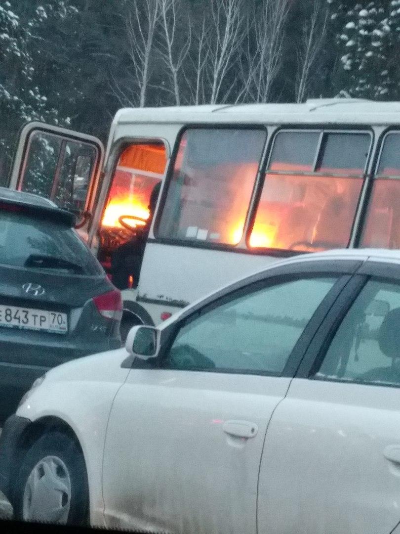 На КПП загорелся автобус