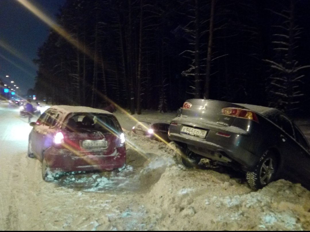 2 машины на обочине