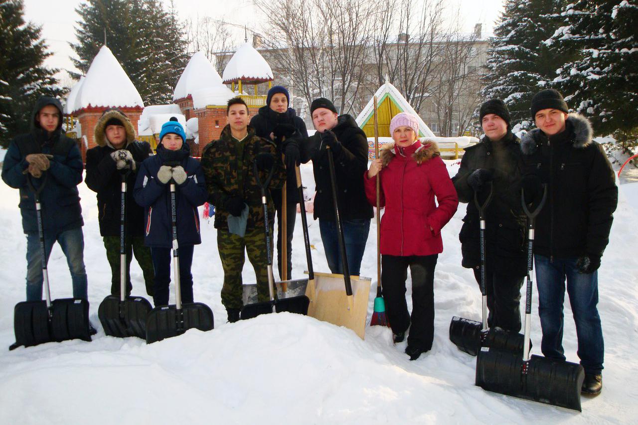 Студенты помогли убрать снег на территории корпусов детского сада №47
