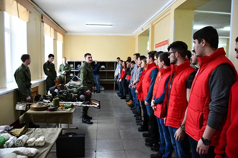 Студенты и школьники сходили «в армию на денек»