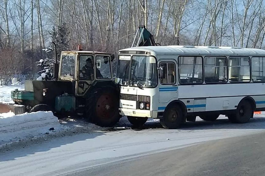 Автобус въехал в трактор
