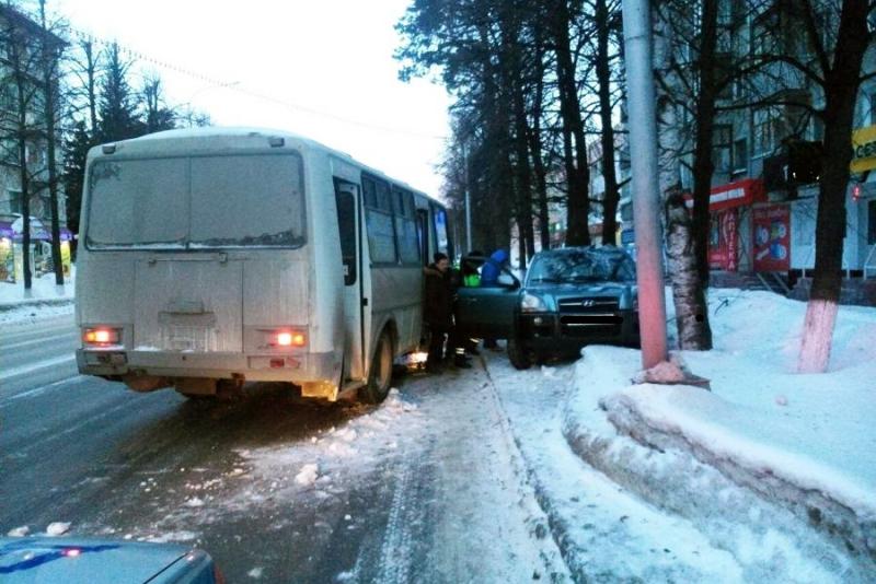 Водитель автомобиля въехал в автобус и попал в больницу
