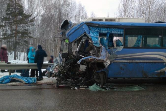 2 погибли, 14 пострадали в ДТП с автобусом и грузовиком на трассе  Томск-Колпашево